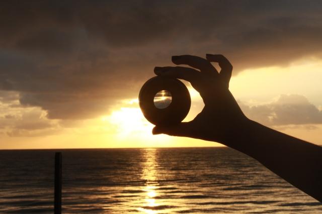 A Clara (a 50mm) , minha mão e o sol <3