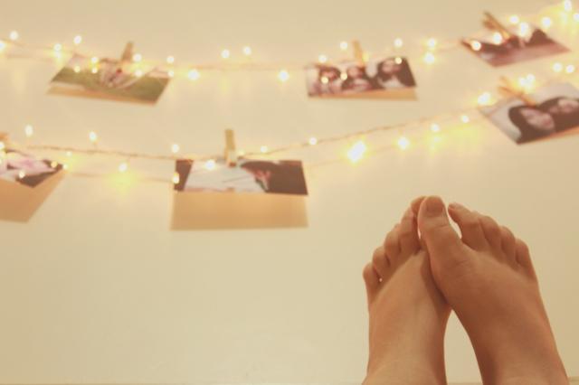 """(Eu """"decorei"""" um pouco da parede do quarto com fotos e luzes, quando ficar realmente pronta eu ensino como fazer aqui no blog! ♥)"""